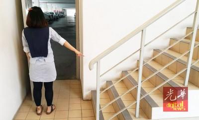 女书记说,变态站在楼梯口旁,做出不雅动作。