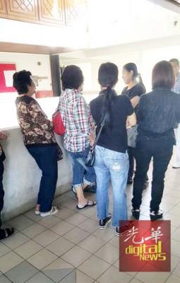 许多不知情民众因身穿牛仔裤入庭听审被庭警赶出庭外。