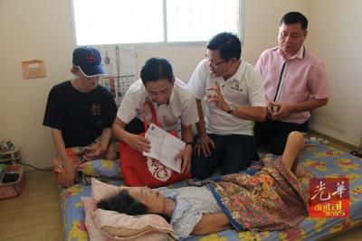 胡栋强(左2于),方群龙同许翔茗上门慰问和安抚林金山母子,连带方便企业批准他们申请的好消息。