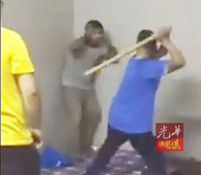 视频中的男子拿着木棍猛打外劳的腿部,外劳没有还击,只是一昧求情。