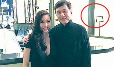 王靓蕾以微博贴起和成龙之合照,网友发现它疑似修图过度,后的支柱和墙都拨(红圈处)。