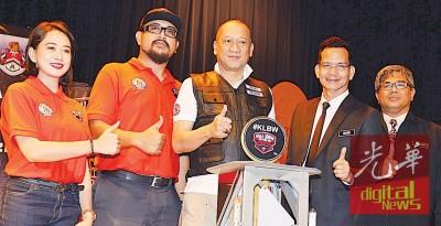 奉兹里(左3)啊吉隆坡重型机车周主管推介。左起为凯蒂拉、艾迪、拉希迪和胡欣。