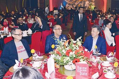 胡亚桥(左起)、沙烈赛益和黄振威在晚宴上交谈。