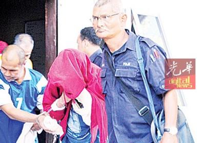 被告不允保外负警押回槟城监狱时以外套遮盖脸部。