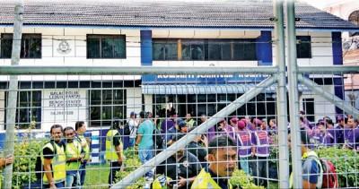 警署于2014年之槟州国庆庆典上,办案参与游行的 PPS 队员;内政部长也发表PPS也非法组织。(档案图)