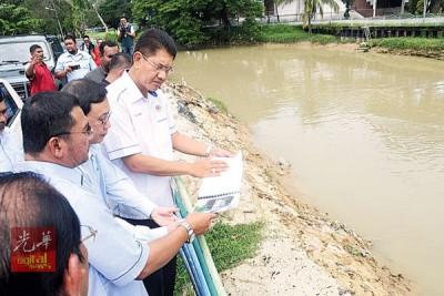 再纳阿比汀在陪同下巡视双溪槟榔河。