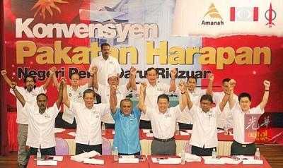玛努迪(前排左3)跟西华古玛(前排左起)、尼查、倪可敏、阿斯慕尼以及黄家和同步主持霹州希望联盟首届大会。