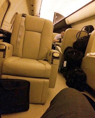 被告杨家伟都乘坐刘特佐私人包机。