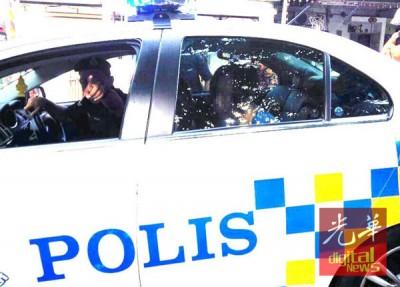 男子疑烧屋后被捕,带上警车离去。
