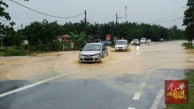 华都牙也数个路段积水,车辆涉水而过。