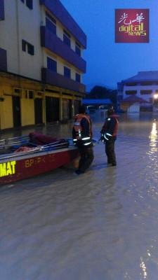 宜力5个地区发生水患,当局出动小艇将一名受困于当地巴刹内的公众接往安全的地方。