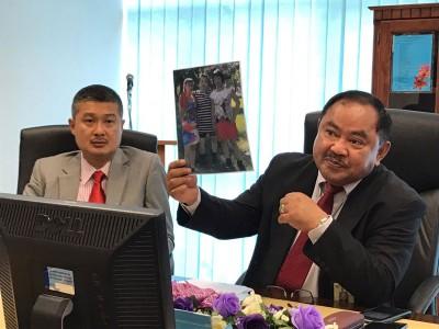 吉隆坡商业罪案调查组主任鲁弗持枪涉案嫌犯的像。
