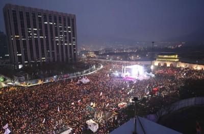 韩国130万民众周六顶着低温在首尔青瓦台附近游行,缔造韩国近年来最大规模示威。(法新社照片)