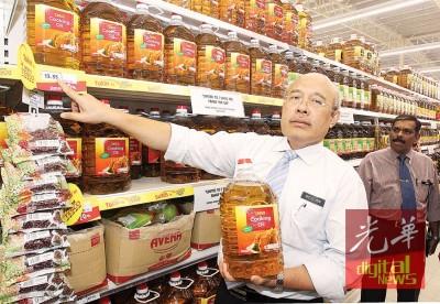 莫哈最后罗斯兰往媒体展示食用油价格。