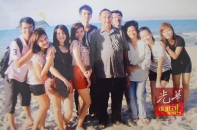 傅清花与丈夫饶启发(右3及右4)抽空时携伴出国旅游。