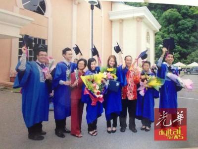 谊子谊女的大学毕业典礼,傅清花与丈夫饶启发都会出席,并与谊子谊女拍下抛四方帽的照片。