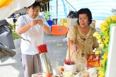 冯志强(左)以及继母一同上红。