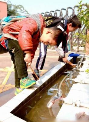 学生养成自己动手洗鞋的好习惯。