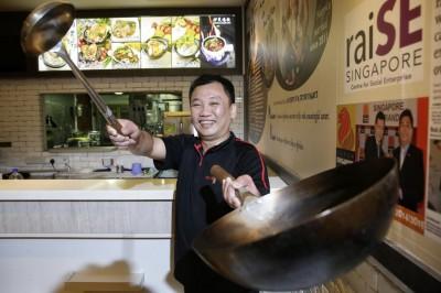 严钟铭如今是顺发肉骨茶店的主厨。