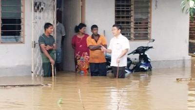 郑国霖州议员慰问保阁亚三都拜金地园居民。