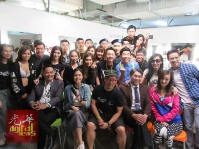 众演员与导演何晋亿(右3)在拍完部分的戏份后一同拍大合照。
