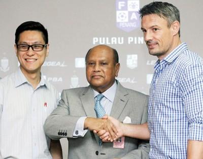 """槟城足球总会会长拿督斯里纳兹尔阿里夫(中)在新闻发布会上与""""黑豹""""槟城联赛足球队新任主帅阿什利韦斯沃(右)握手,左为槟城联赛领队再里尔国会议员。"""