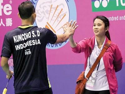妻子(右)常常陪索尼出国参赛。