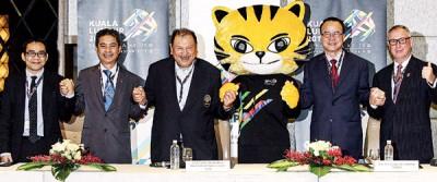 东姑英南(左三)、2017年东运会首席执行员拿督祖基菲里(右二)、Media Prima品牌经理费萨尔(左起)、RTM总经理拿督阿布巴卡与Astro Arena总经理约翰尼纳伯(右)合影。