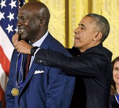 """美国篮坛传奇球星迈克佐敦(左)与NBA名宿""""天勾""""贾巴尔等21名美国人获得颁发总统自由勋章,欧巴马(右)周二亲自在白宫主持颁发勋章仪式。"""