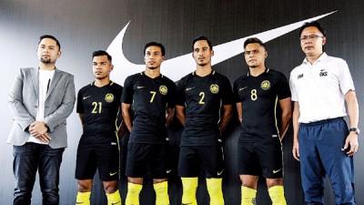 国足元帅王金瑞(右一)引球员巴德鲁、马修戴维斯、查古安及纳兹鲁,参加与耐克签约的球衣赞助新闻发布会。