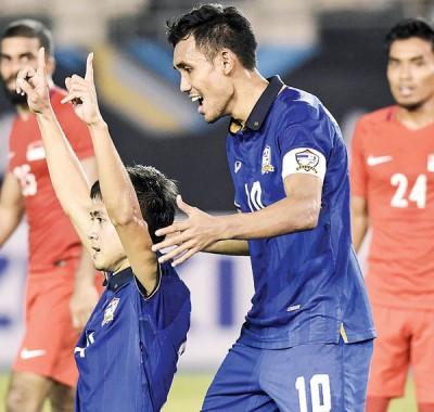 翼锋沙拉沃跪地振臂庆祝胜利,获得队长迪拉希尔祝贺。
