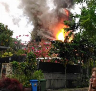 疑遭闪电击中,金文泰2层楼高的洋房屋顶被劈到起火。