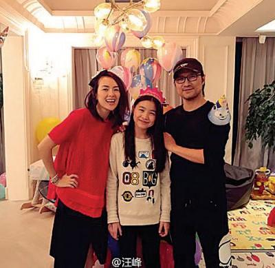 汪峰于微博晒出吧老女儿庆生的肖像,发跟章子怡的合照。