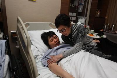 女老板萧碧蒋6年来不断进出医院,过去两年半都在医院度过,母亲周女士对她无微不至。(档案照)\