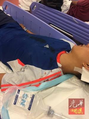 受害者被砍至重伤昏迷后,被紧急送院。