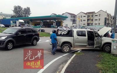 货卡撞上行人道,路人案发后纷纷上前察看。