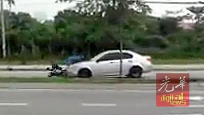 轿车在迎面车道行驶,与一辆摩托车发生碰撞,造成骑士翻覆。