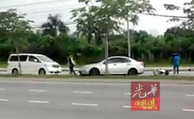 疑是匪徒的男子乘车途中,与迎面车道的摩托车发生碰撞,过后弃车逃走。