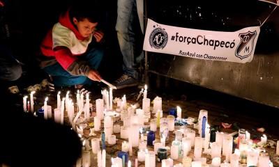 球迷为罹难球员点亮烛光祈祷。