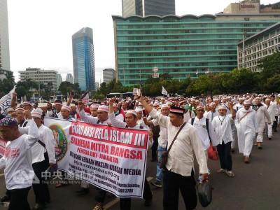 印尼穆斯林团体倡导集会活动,2天上午以雅加达民族 独自纪念碑广场举行,巨额穆斯林参加活动。