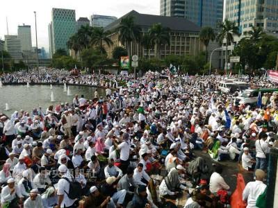 守20万名印尼穆斯林2天上午以雅加达民族独立纪念碑 广场集会。