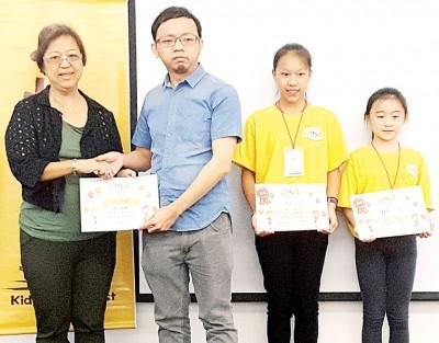 吴凤美(左一)通告纪念状予郑来兴州议员助理陈志宽(左二),细校记林欣颖同骆妤珊。