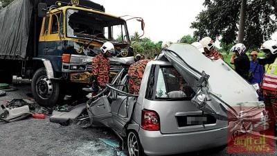 国产灵鹿轿车与罗里迎面相撞,灵鹿轿车的车身毁坏不堪。