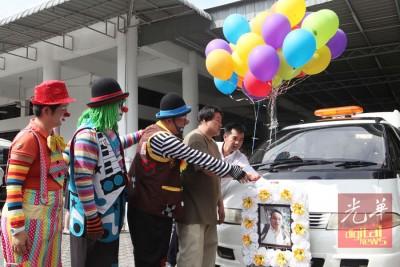 崔宝萍在灵车出发前,剪放了32颗缤纷色彩的气球,愿弟弟永登极乐世界。