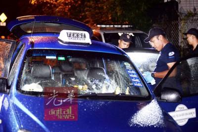死者浴血卧尸在其的士后座,调查官调查死因。