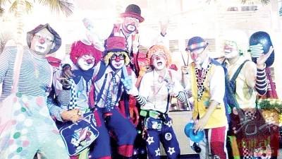 死者崔汉明生前同好友一起成为成小丑,也大家带来欢乐。