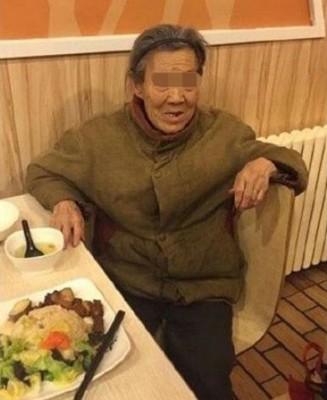 老妇被儿子打死前,曾在食店内向人透露经常为儿子赶出家门。