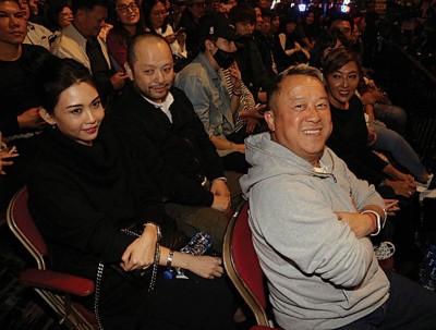 邱淑贞(左起)和老公沈嘉伟前来欣赏张学友演出,右为曾志伟。