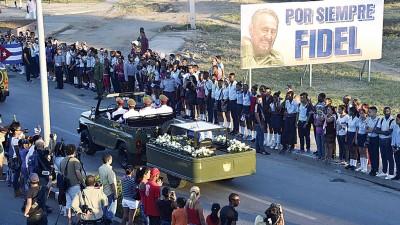 大众送别前领袖卡斯特罗。(法新社照片)