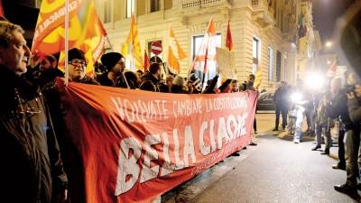 意大利公投结果公布后,反对修宪的民众涌到街上欢呼庆祝。(法新社照片)